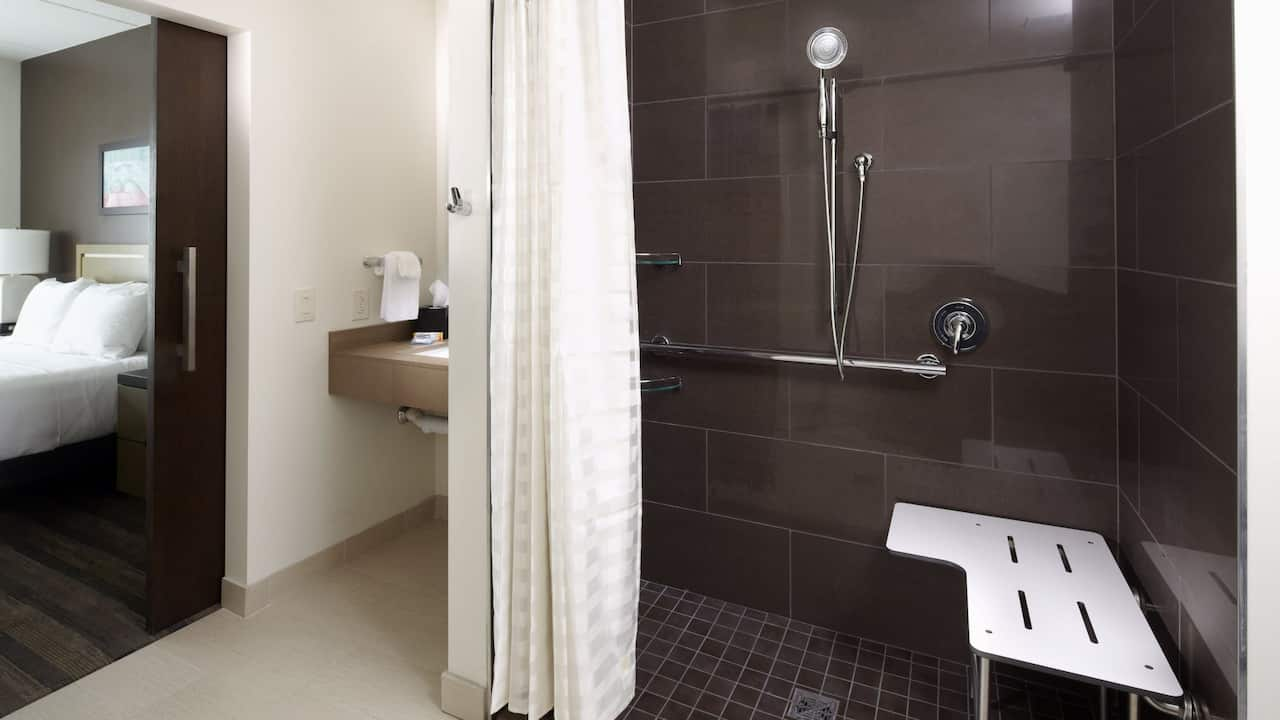HYATT HOUSE RALEIGH NORTH HILLS | Accessible Bathroom