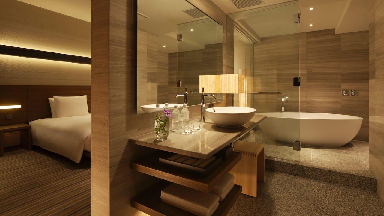 Hyatt Regency Tokyo Atrium Suite Bathroom