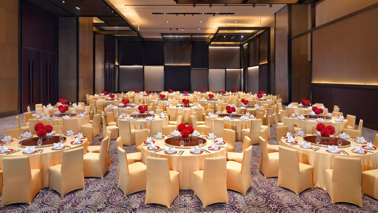 bALLROOM WITH BANQUET SETUP