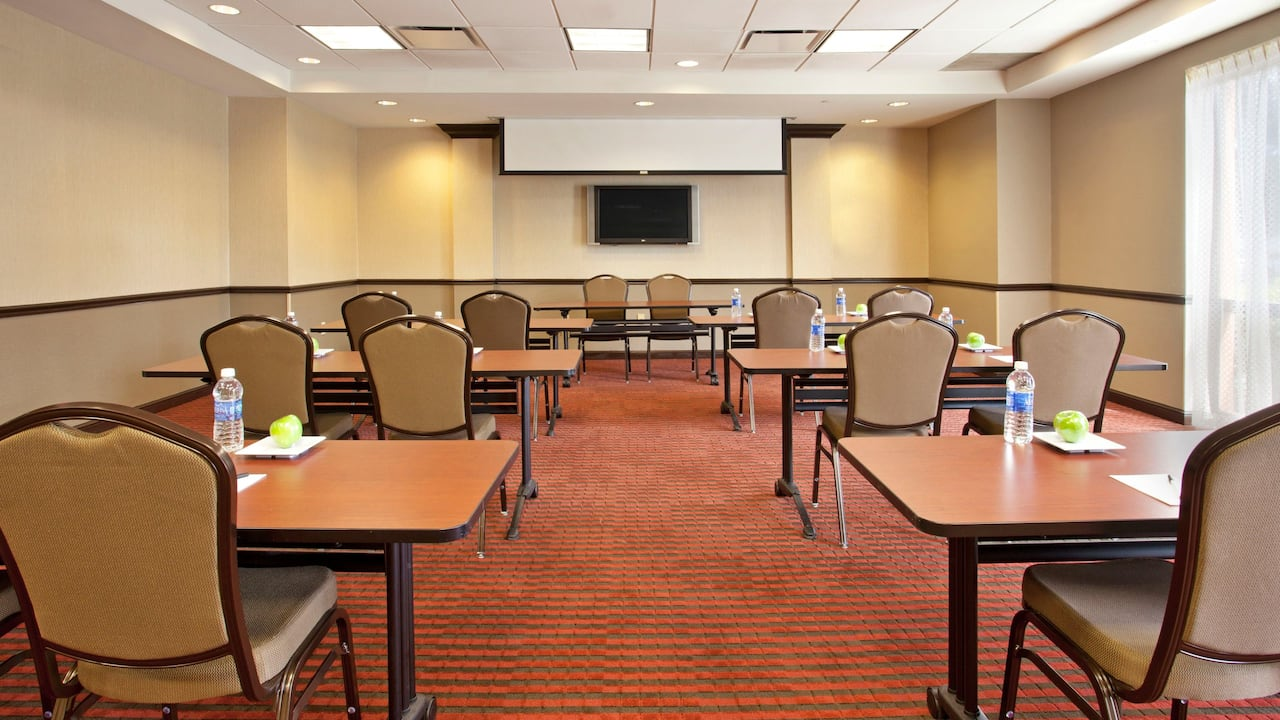 Hyatt Place across from Universal Orlando Resort™ offers contemporary meeting spaces with a unique flair.