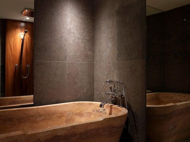 Am and Pres Suite Bathtub