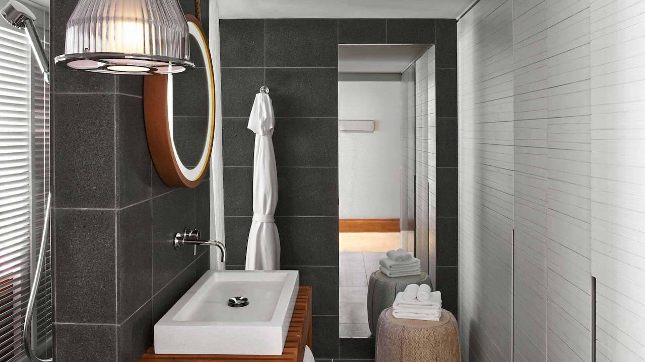 ANDAZ MAUI AT WAILEA RESORT | King Bedroom Bath