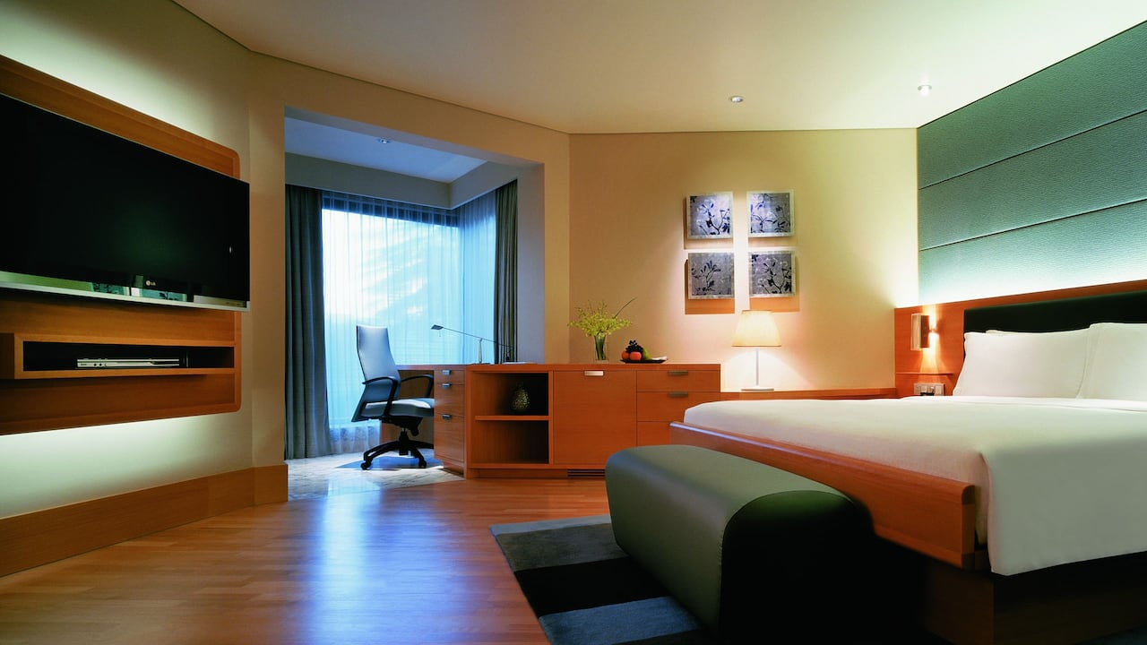 Grand Room, a luxurious king bed and well-lit workstation, Grand Hyatt Singapore