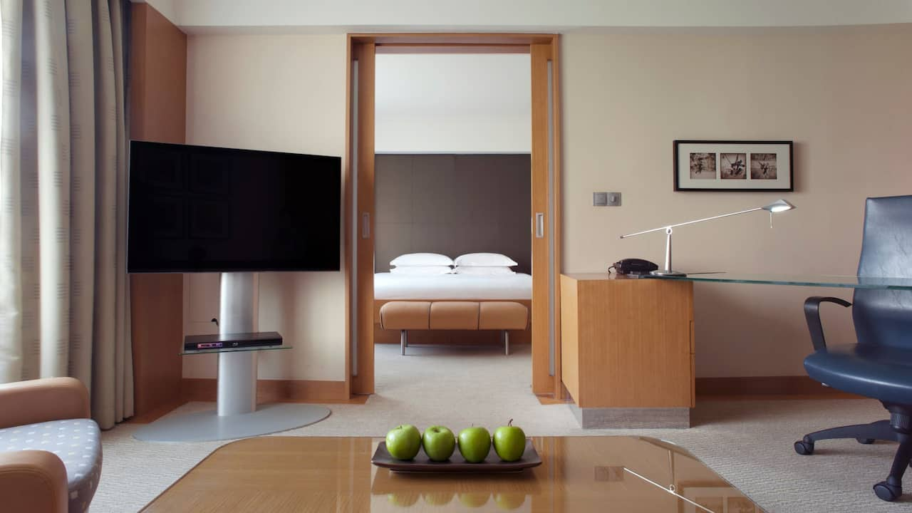 1 King Bed Deluxe Room with a stylish separate living room, Grand Hyatt Singapore