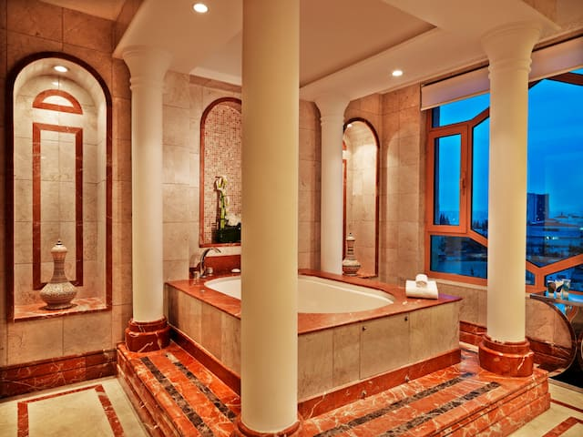 Grand hyatt bathroom suite