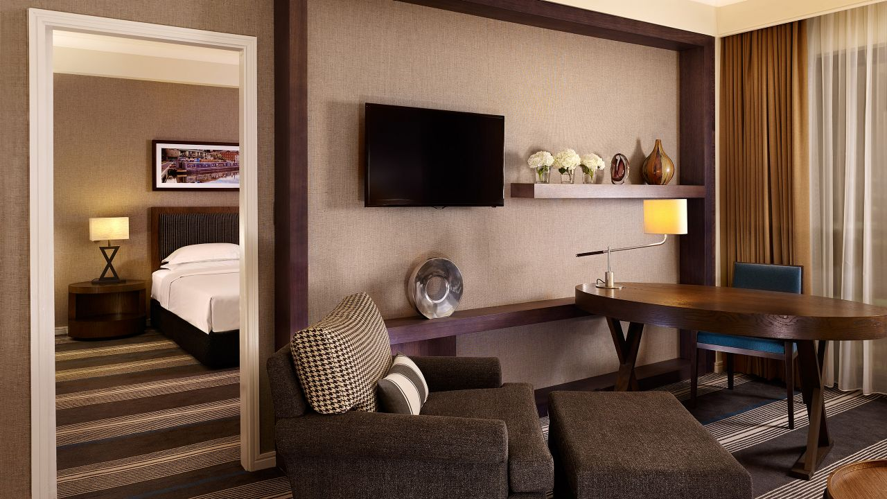 Club Deluxe King Lounge Room