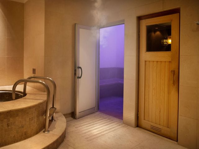 Steam room chromoterapy