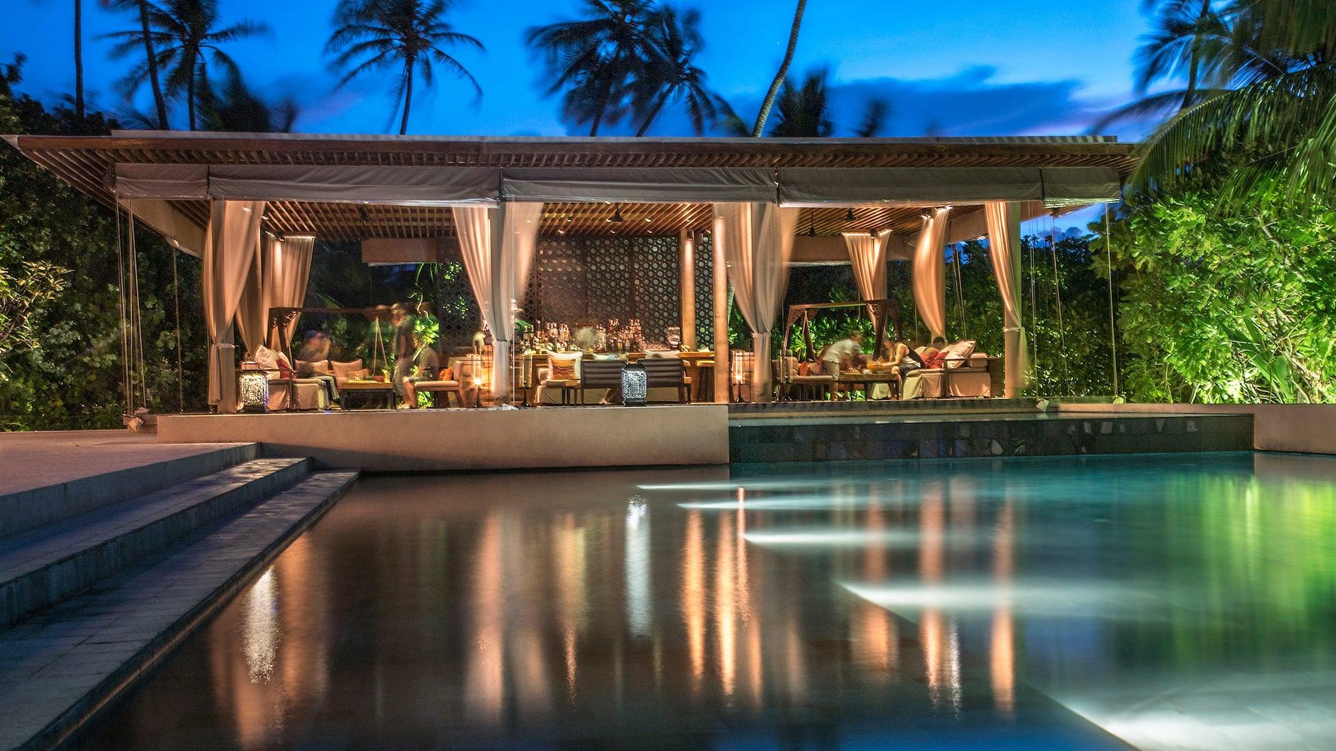 Luxury Maldives Resort Bar and pool