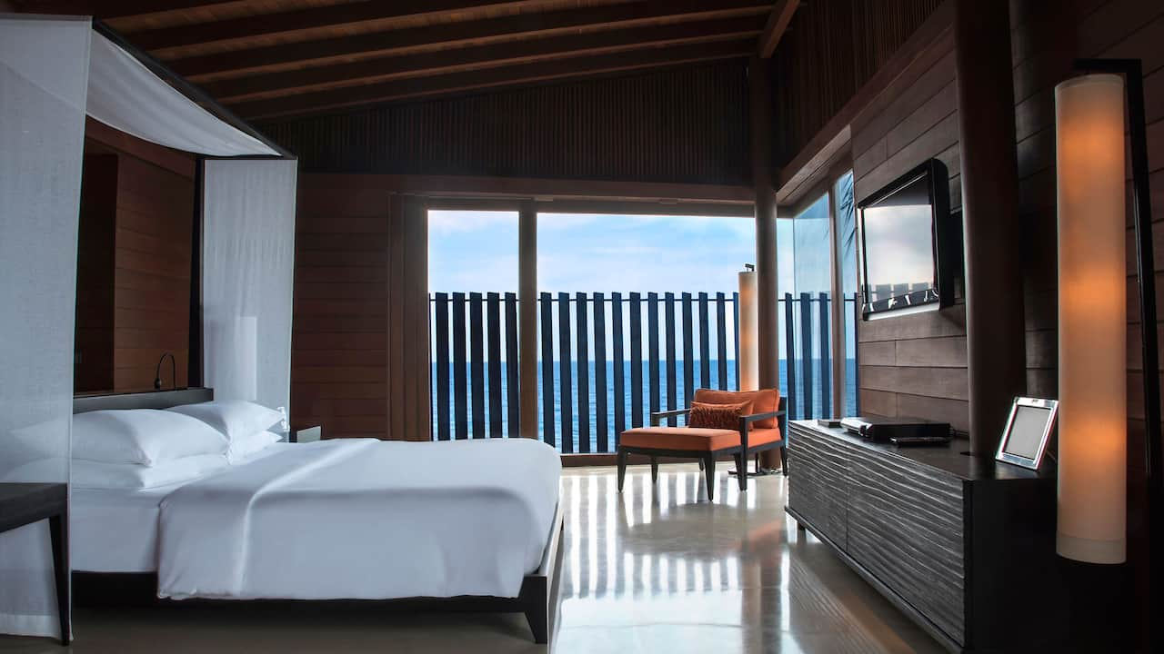 Bedroom, bathroom and private deck with 180° ocean view
