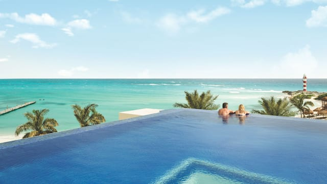 Hyatt-Ziva-Cancun-P147-Rooftop-Infinity-Pool-Couple