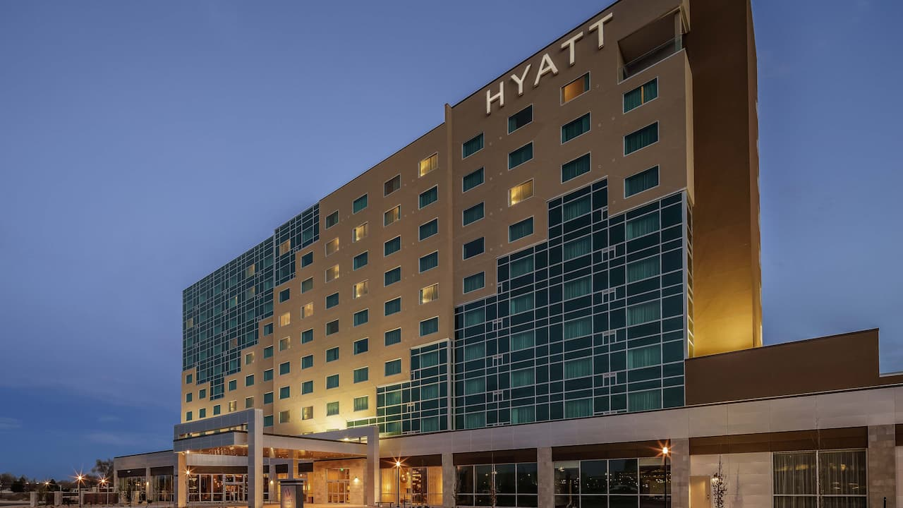 Dusk wide-shot of Hyatt Regency Aurora-Denver Conference Center exterior