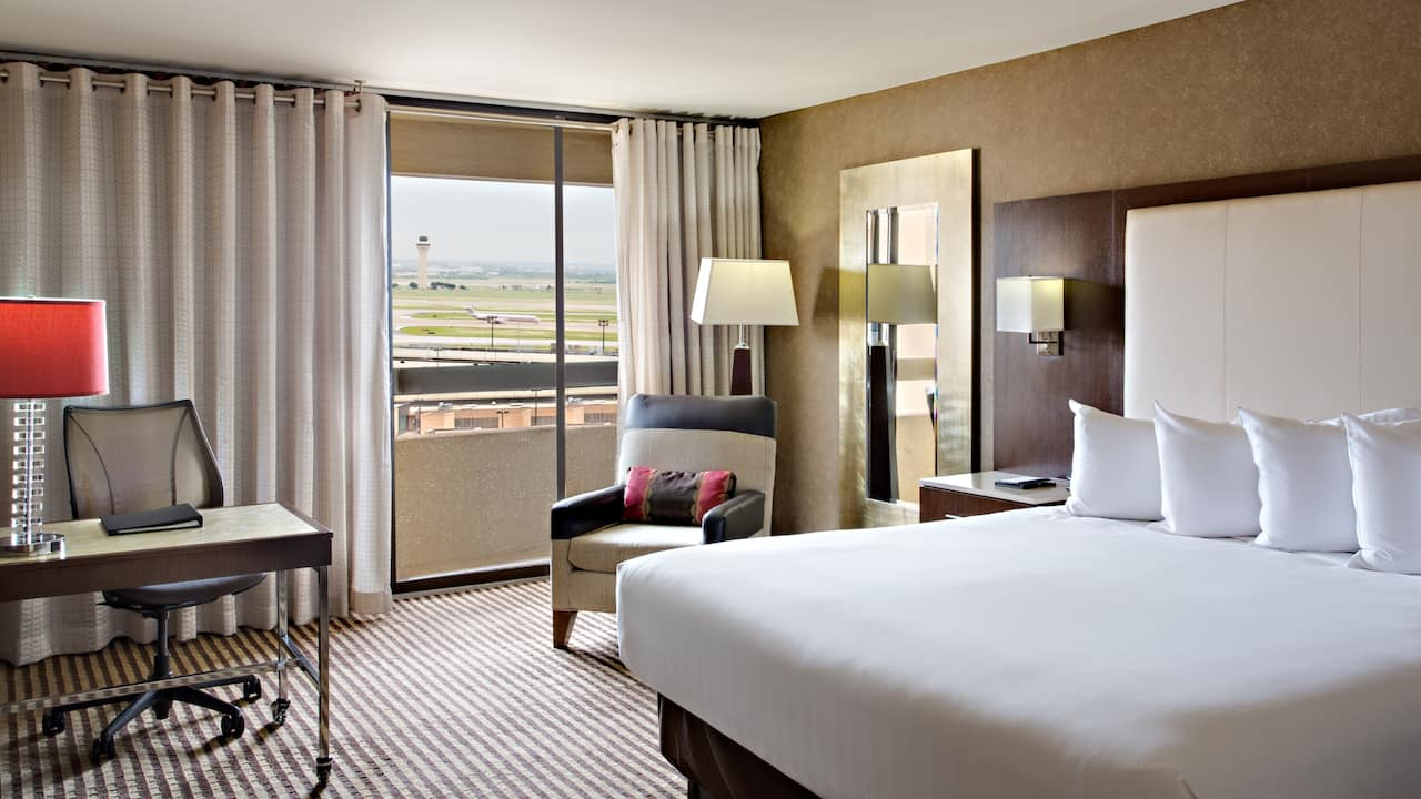 Queen room with airport view