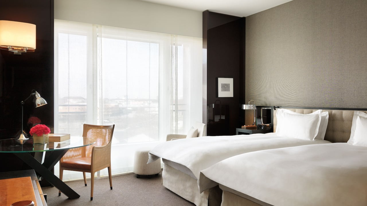 2 twin beds with city view at grand hyatt berlin