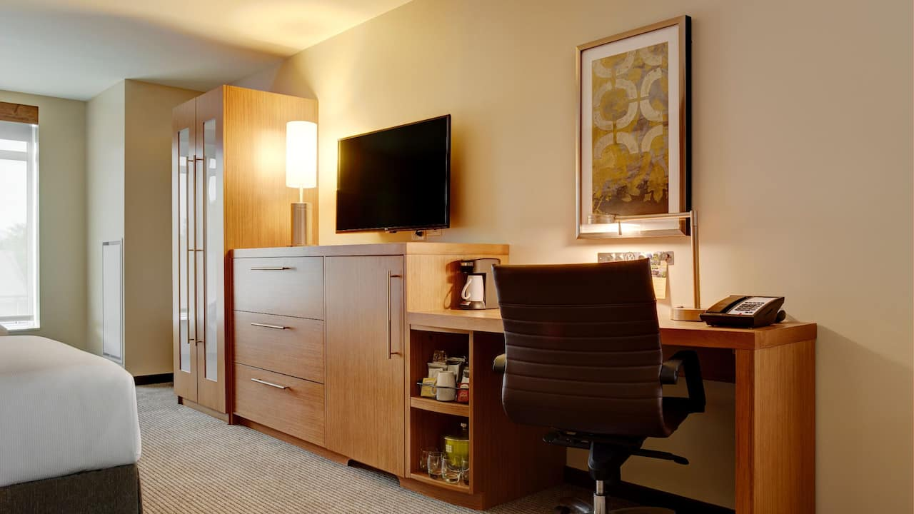 Guest Room with Desk ideal for Business Travelers – Hyatt Place Hotel Arlington/Courthouse Plaza