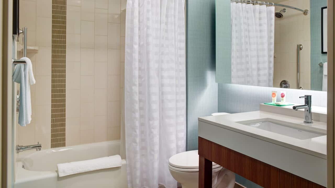 Guest Bathroom with Tub - Hyatt Place Arlington/Courthouse Plaza
