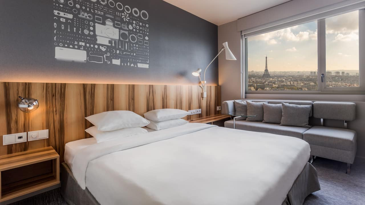 Deluxe room with Eiffel Tower view King bed