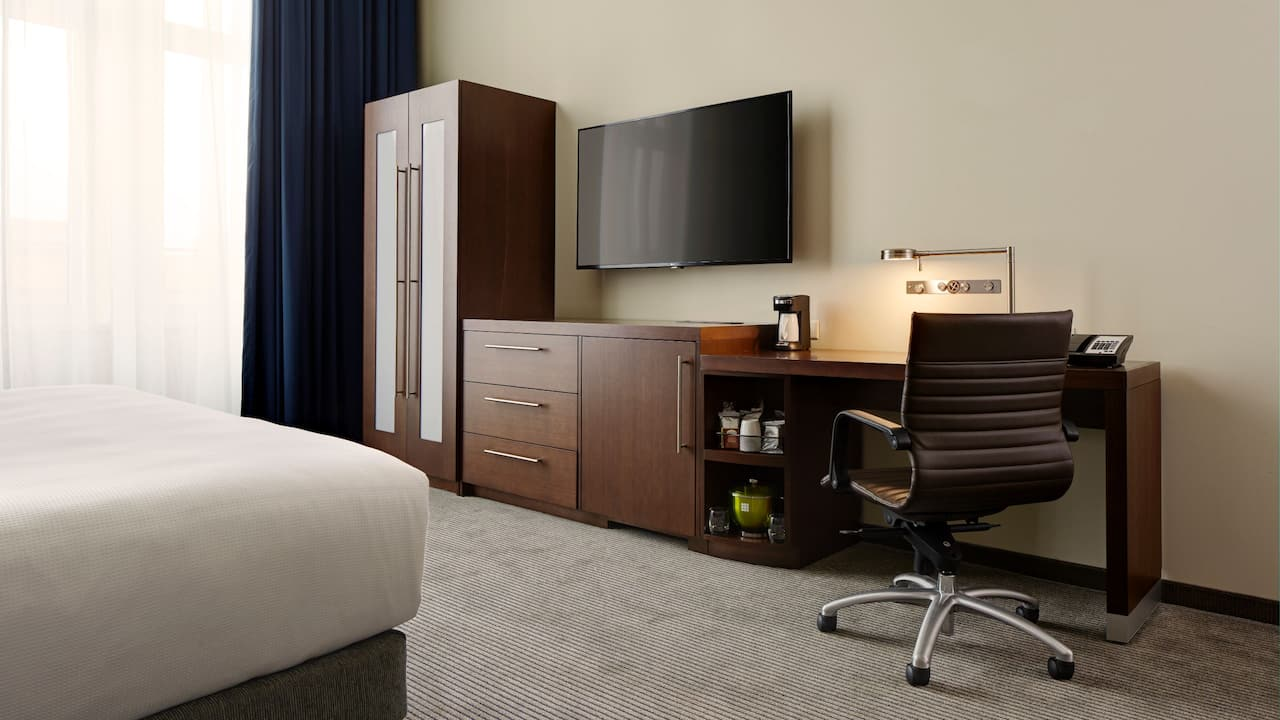 Dedicated Workspace in St. Paul Hotel Room – Hyatt Place St. Paul/Downtown