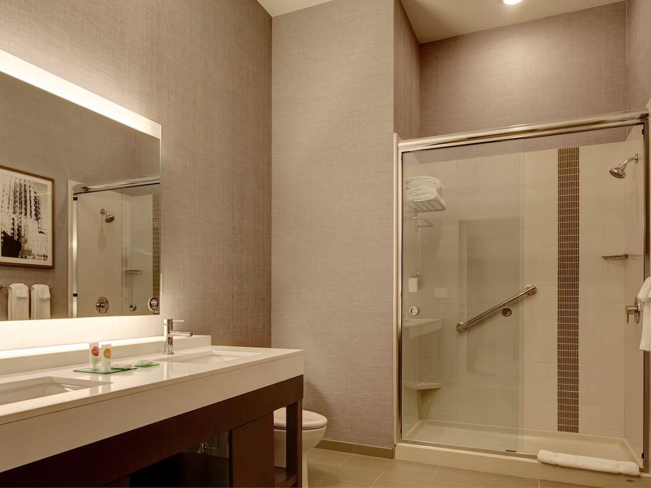 Modern Hotel Guest Room Bathroom – Hyatt Place St. Paul/Downtown