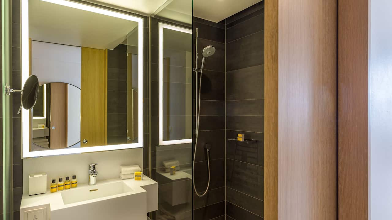 Hyatt Regency Paris Etoile Deluxe Room Bathroom
