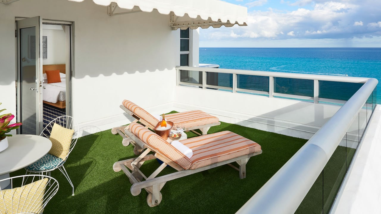 penthouse suite with balcony overlooking the ocean in Miami