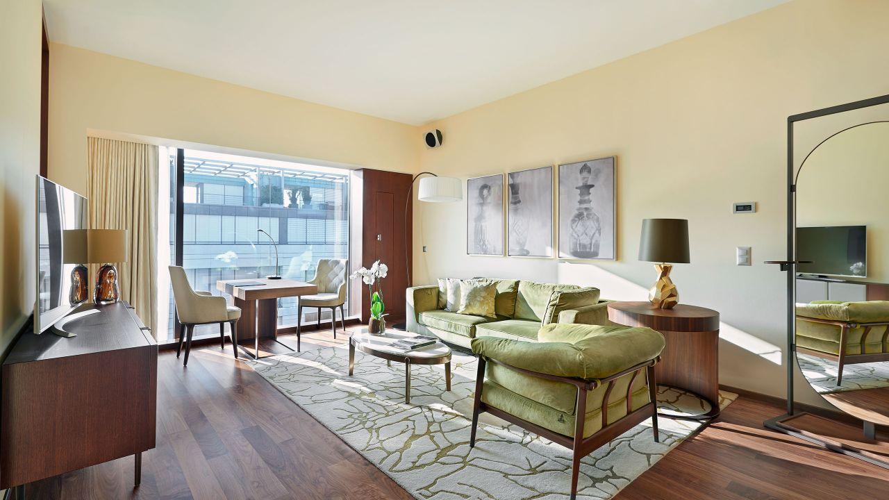 Deluxe Corner Suite