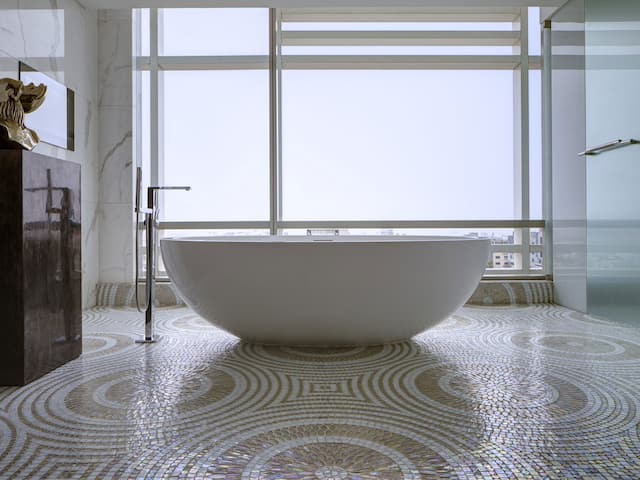 Presidential Suite tub