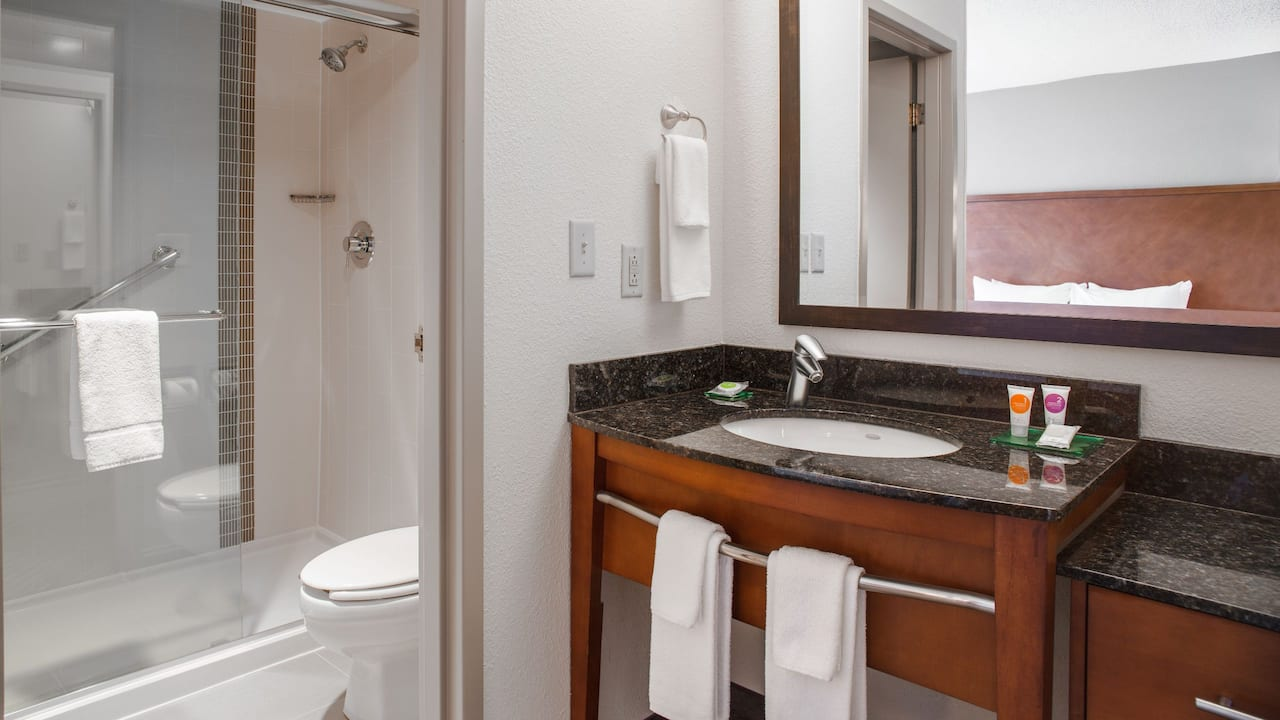 Hyatt Place Cincinnati / Blue Ash Bathroom