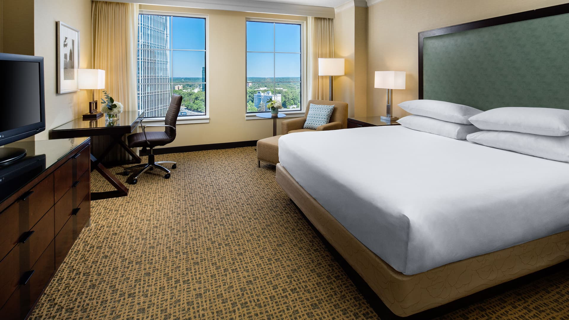 Room with King bed and desk Grand Hyatt Atlanta