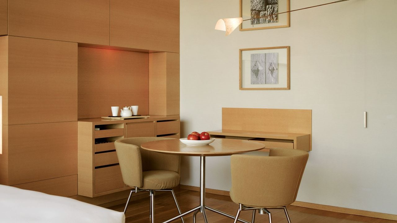 Deluxe Room Table Daylight