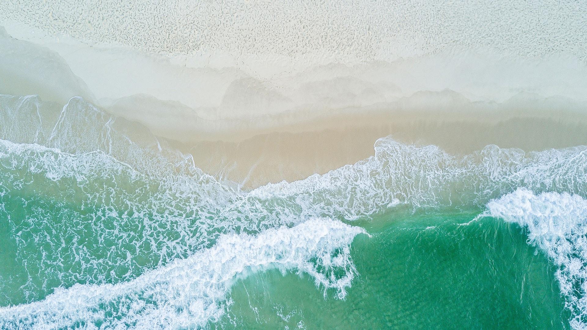 Ondas do mar da praia da Barra vista de cima