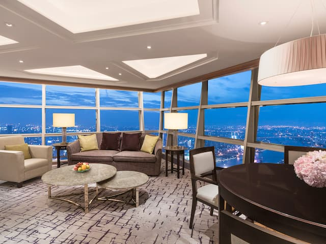 Diplomat-Suite-Living-Room