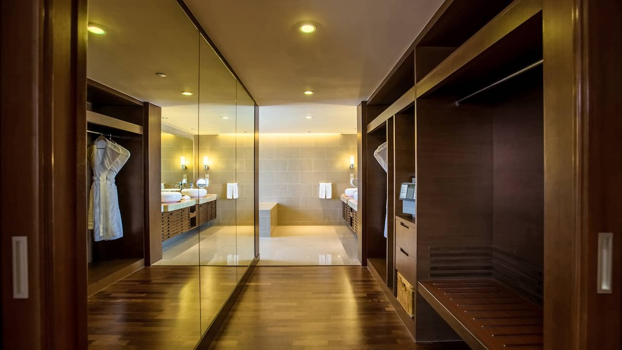 Suite Walk In Wardrobe