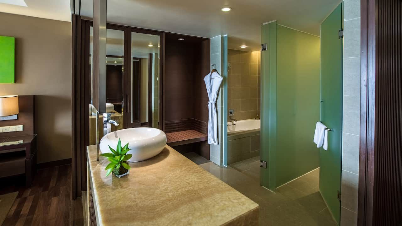 Hyatt Regency Kinabalu Clubroom with Luxurious Bathroom