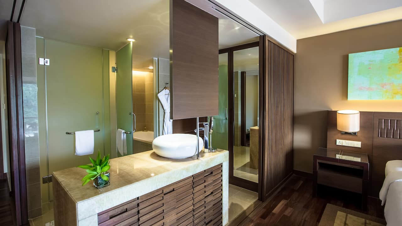 Hyatt Regency Kinabalu Clubroom (Bathroom)