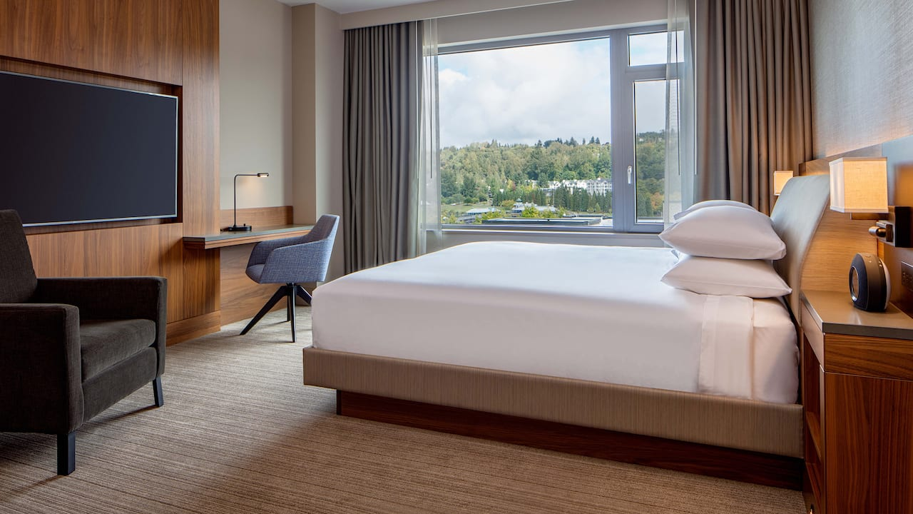 king bed park view Hyatt Regency Lake Washington at Seattle's Southport