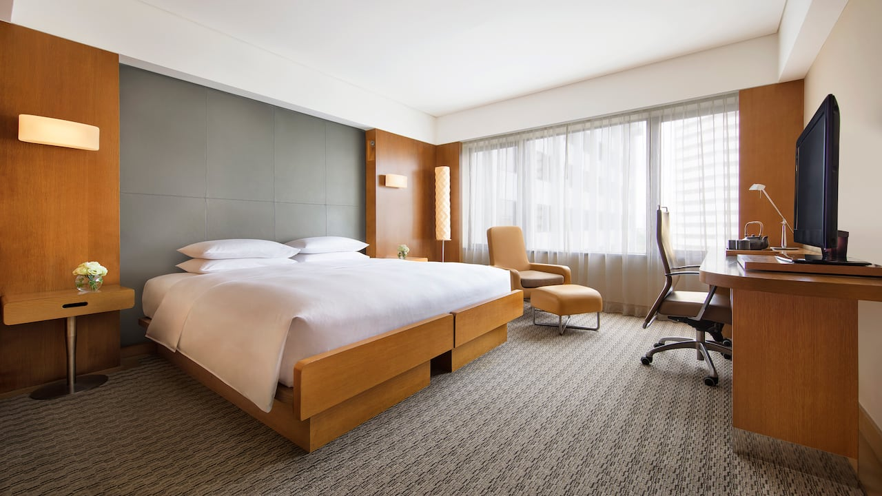 Grand Economy Room, 1 king size-bed and a day-lit workstation, Grand Hyatt Singapore
