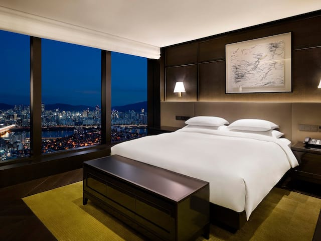 Grand Hyatt Seoul Executive Suite Bedroom Night