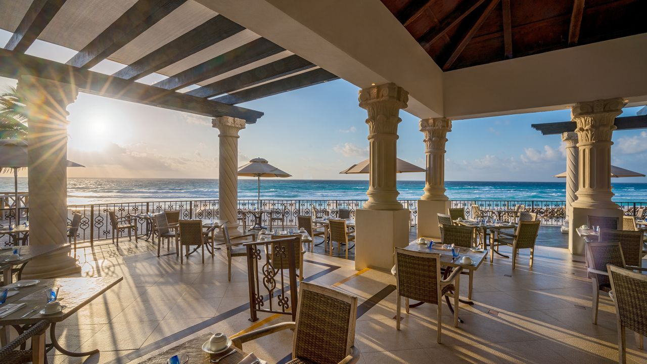 Pelicanos Outdoor Dining