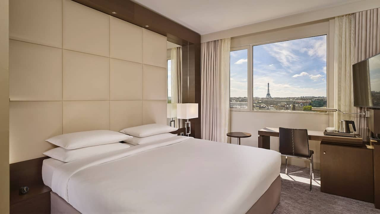 King Bed Eiffel Tower View