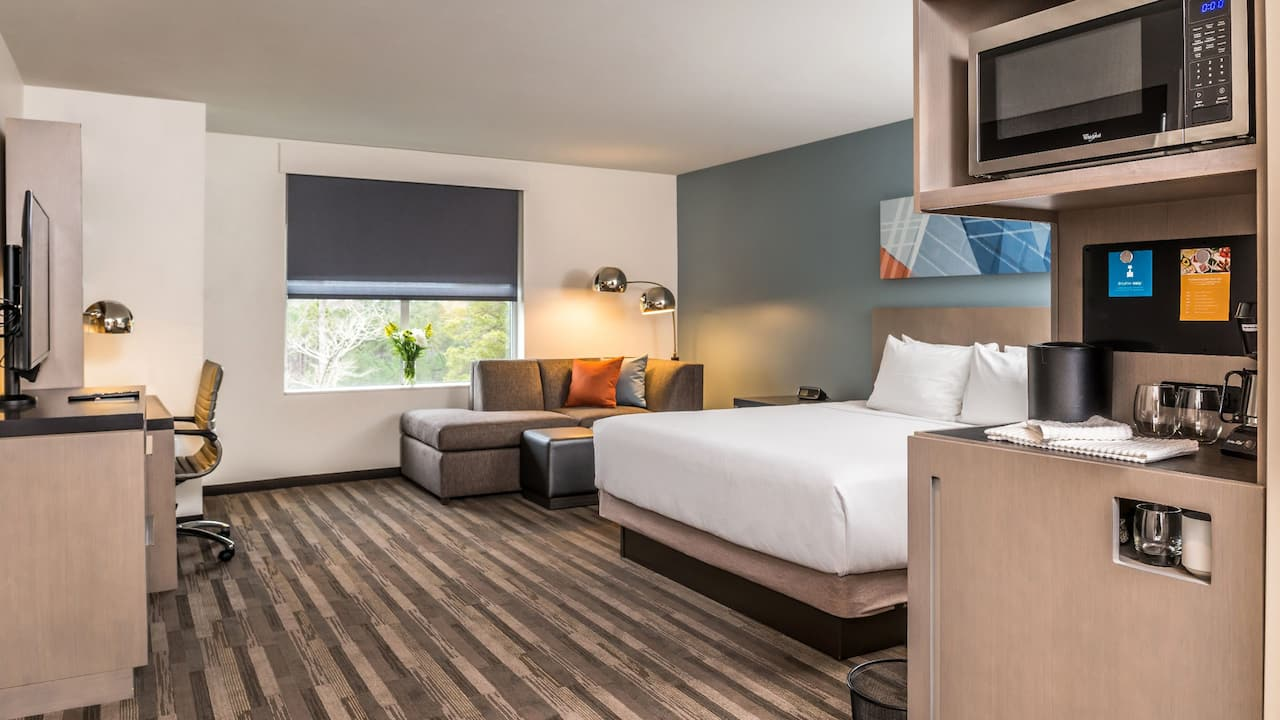 Hyatt House Raleigh / RDU / Brier Creek Den Guestroom
