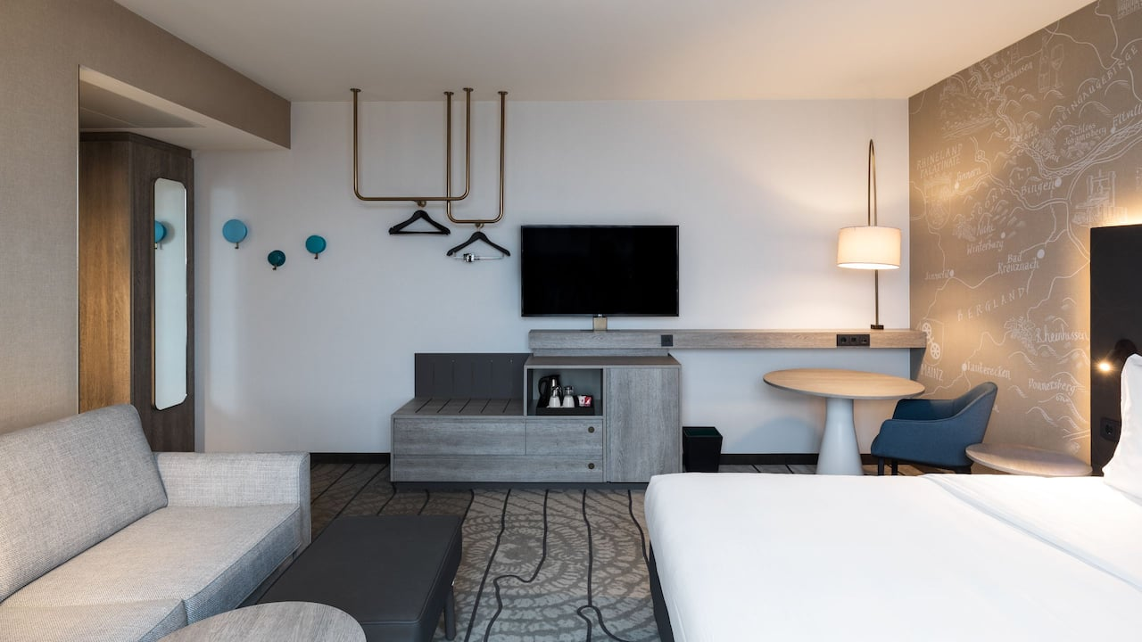1 standardzimmer mit king-bett und schlafsofa im hyatt place frankfurt airport