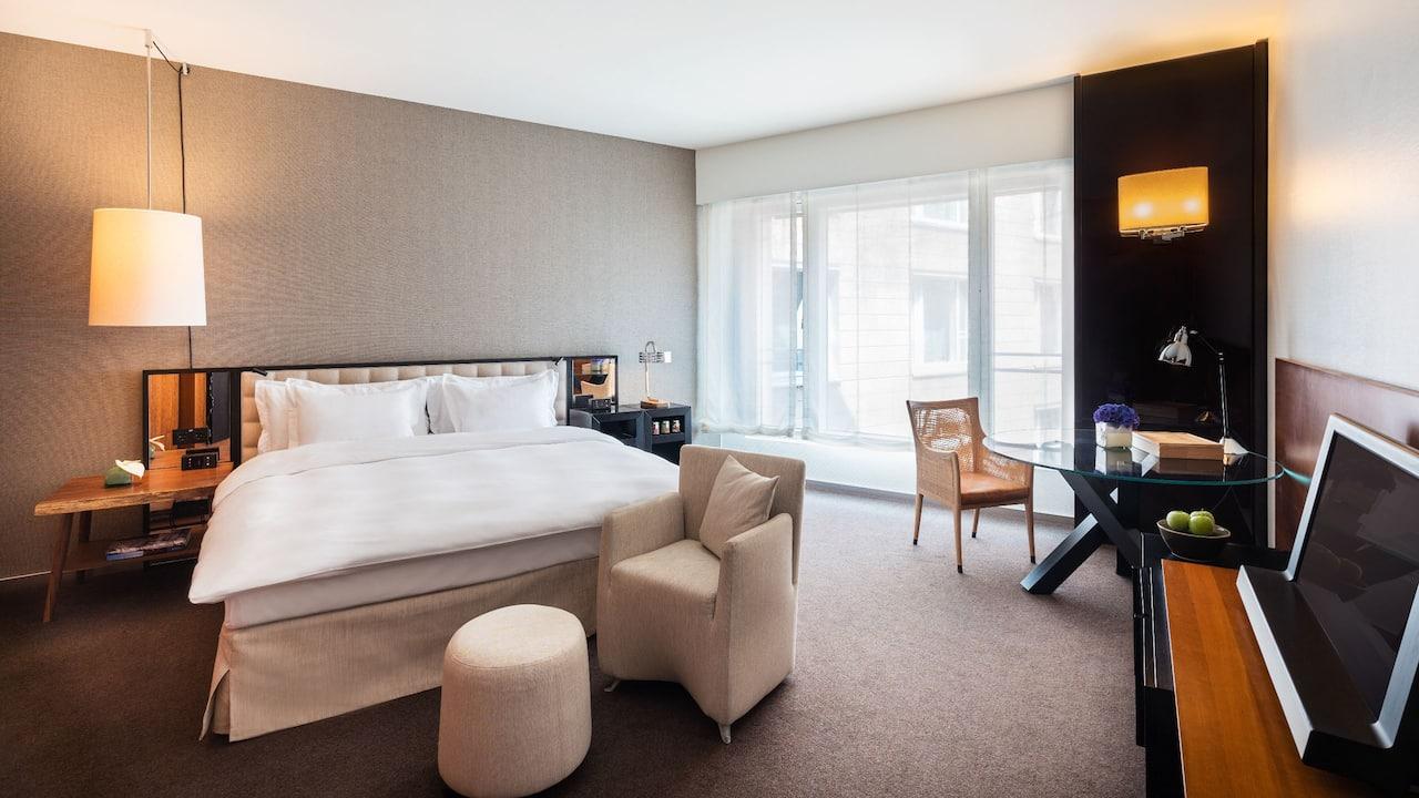 Ein Kingsize Bett Deluxe Hotelzimmer im Grand Hyatt Berlin