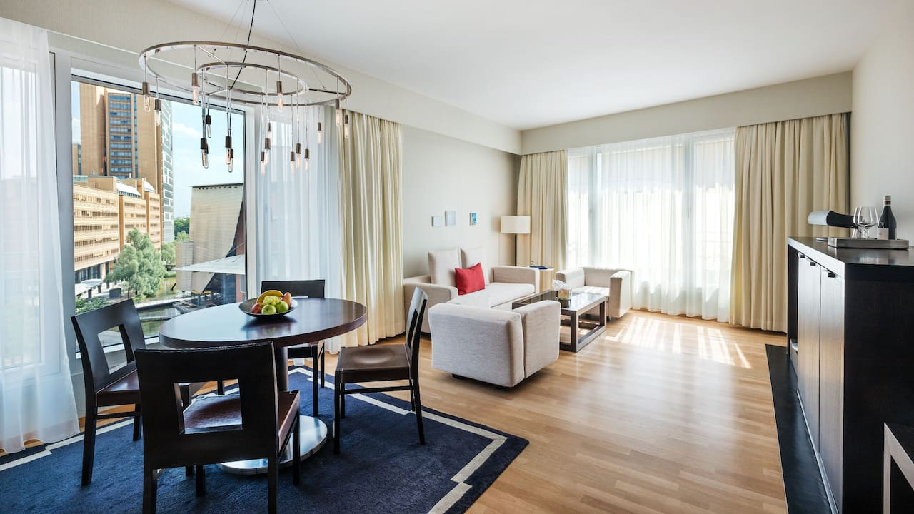 Grand Executive Suite Wohnzimmer im Grand Hyatt Berlin