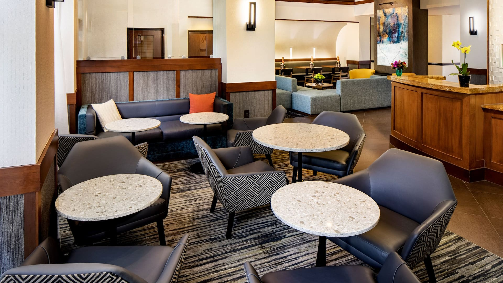 Hyatt-Place-Charlotte-Arrowood-P008-Snack-Bar-Seating-Area