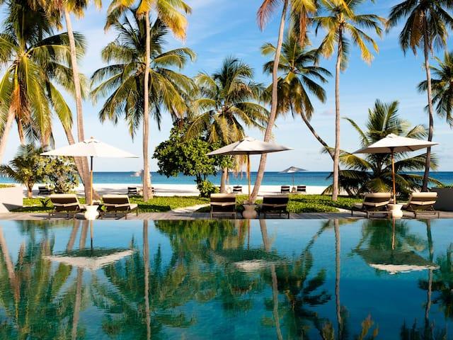Luxury Maldives Resort Infinity Pool