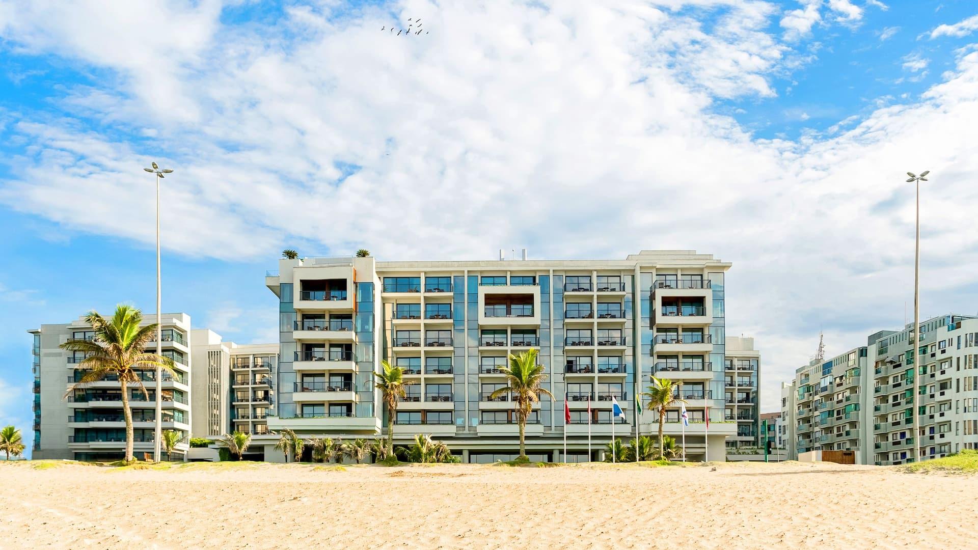 Fachada do hotel de frente para a Praia da Barra da Tijuca