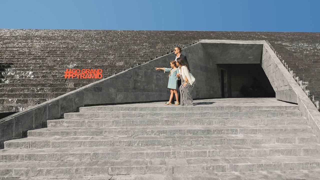 CUNPC_P447 Lifestyle Entrance Lobby Pyramid