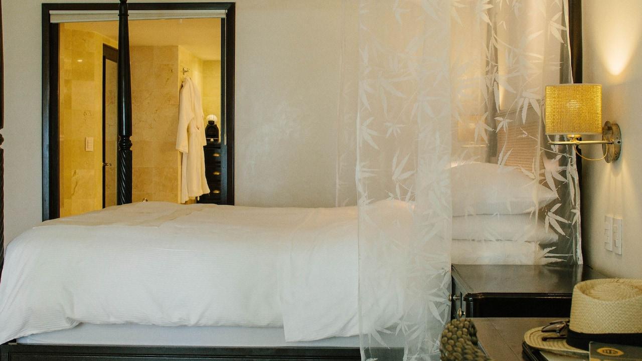 Junior Suite Ocean Front Lanai Bed