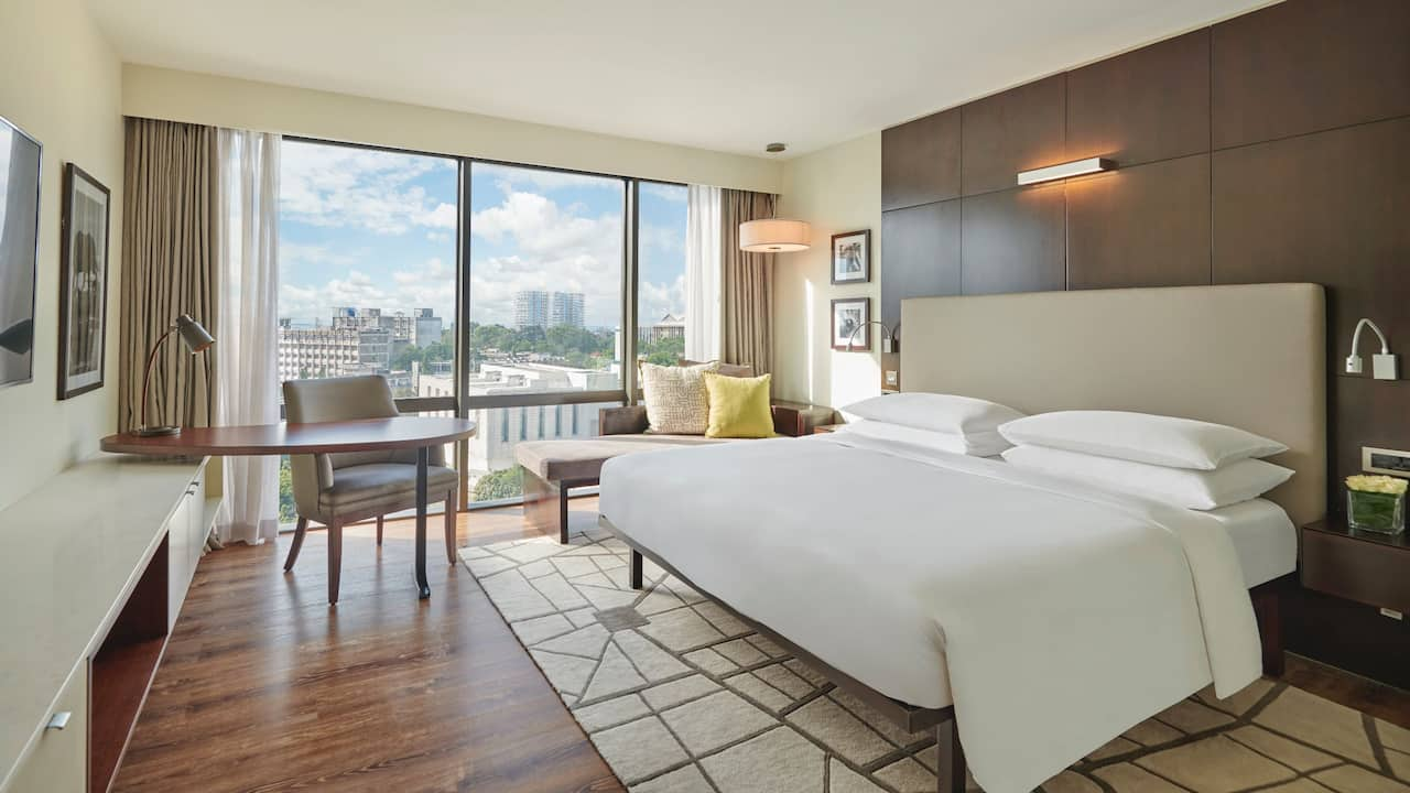 1 King Bed with Club Access