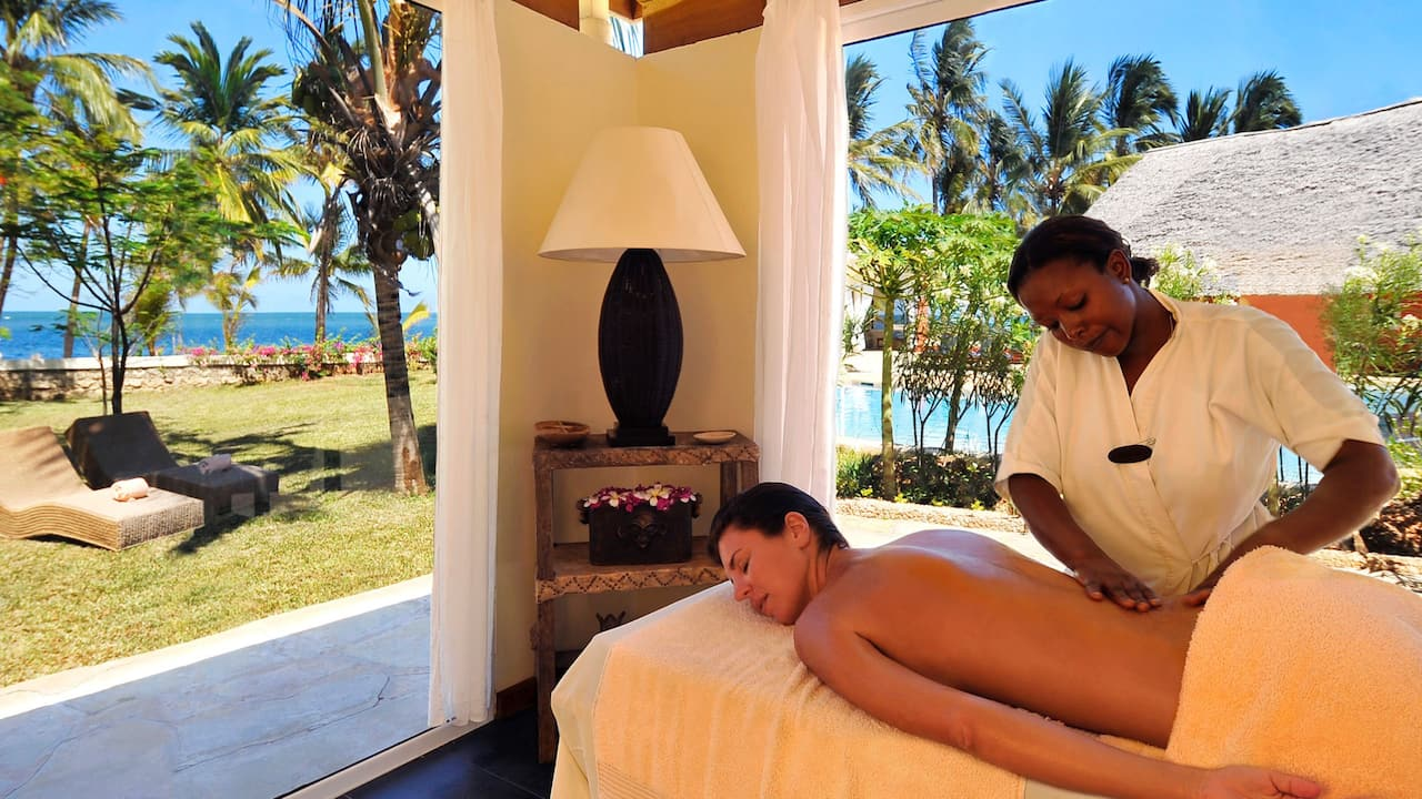 Relaxing massage and spa treatment is available at Diamonds Dream of Africa